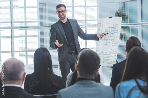 Fotomural speaker is pointing at a flip chart during your business presentation