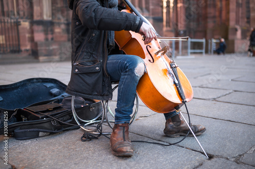 Tablou Canvas Street poor musician selflessly and masterfully plays the cello