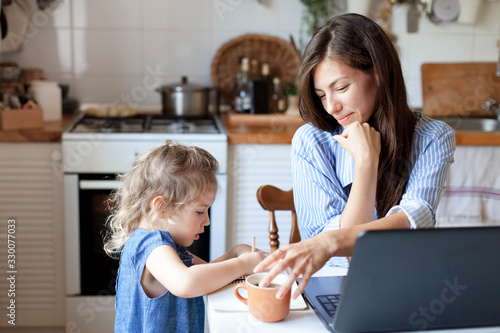 Fotografía Working mom works from home office with kid