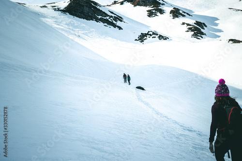 Photo Groupe de marcheur dans la neige en montagne en plein hiver