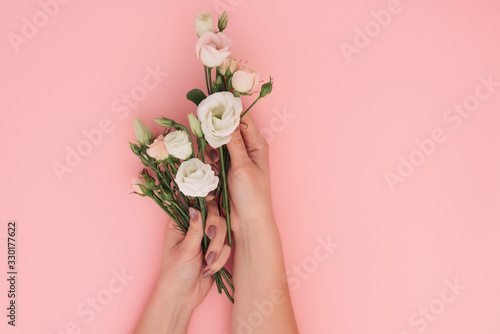 Photo Fashion hand art chamomile natural cosmetics women, flowers hand with bright contrast makeup, hand care