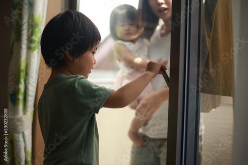 Fototapeta いたずらで鍵を閉める男の子