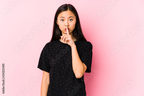Photo Young asian woman wearing elegant clothes isolated keeping a secret or asking for silence