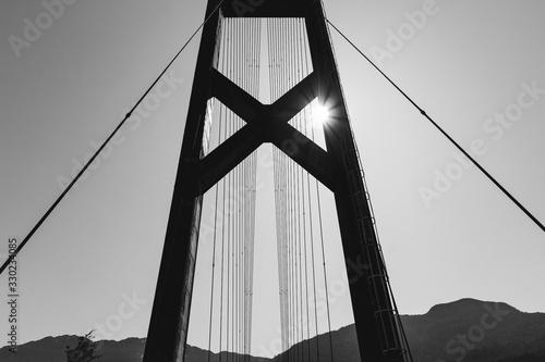 puente colgante con sol en la esquina blanco y negro Wallpaper Mural
