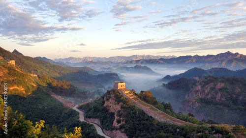 Fotografie, Obraz Great Wall, fog, and mountains at sunset in China