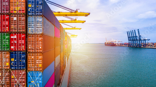 Canvastavla Container ship carrying container box in import export with quay crane, Global b