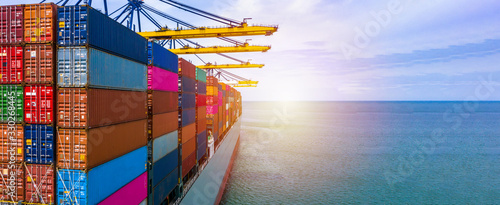 Fotografía Container ship carrying container box in import export with quay crane, Global business cargo freight shipping commercial trade logistic and transportation oversea worldwide by container vessel
