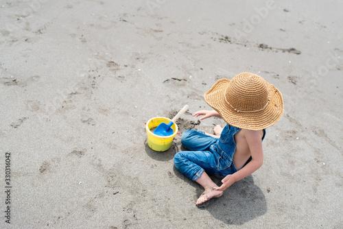 Fototapeta 砂浜で遊ぶ子供