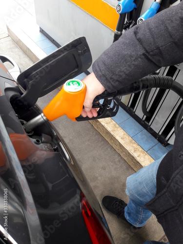 Photo Fare benzina alla stazione di servizio - rifornimento