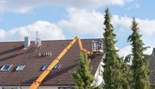 Inspektion Eines Daches Mit Einem Kran