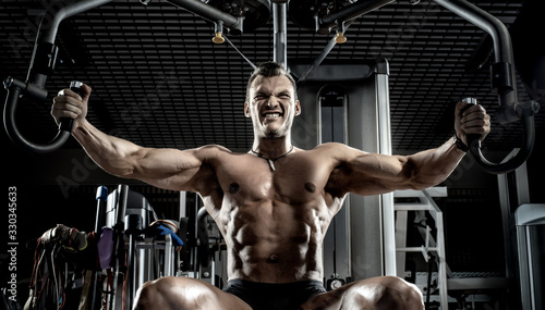 Photo guy bodybuilder with apparatus