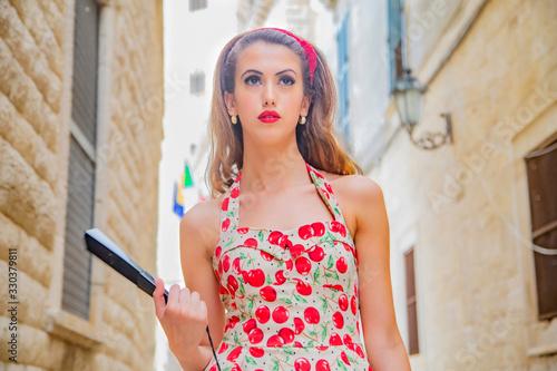 Bella ragazza a passeggio nel centro storico medioevale di Trani in provincia vi Wallpaper Mural