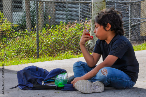 Photo coronavirus asma school young boy asthma attack cough asthma sanitize look down