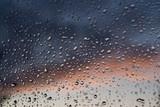 Fototapeta Fototapety do łazienki - Okienna szyba pokryta kroplami deszczu.