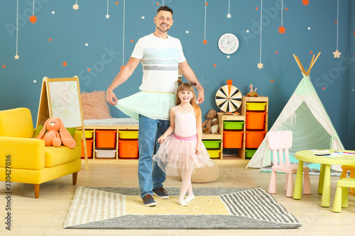 Father and his little daughter dancing at home Fototapet