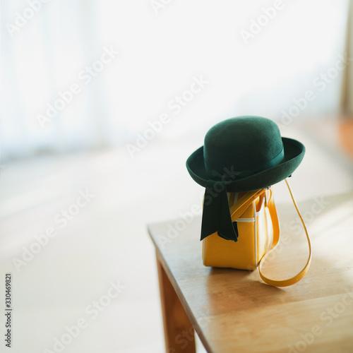 テーブルに置いてある幼稚園帽とカバン Tableau sur Toile