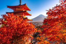 Japan. Kawaguchiko. Fuji, Pago...