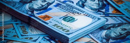 Fotografía The background of a one hundred dollar bill. Style blue light.