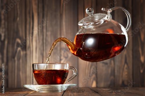 Obraz flying teapot pouring tea - fototapety do salonu