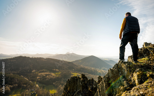 Photo Elderly man on mountain summit expressing of happiness of freedom