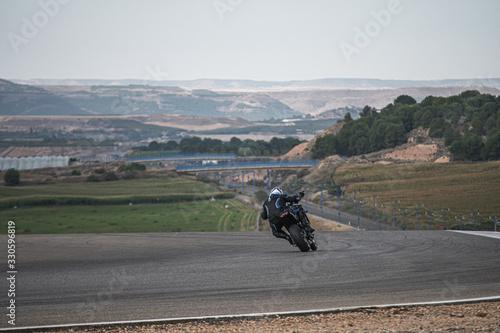 moto corriendo en circuito
