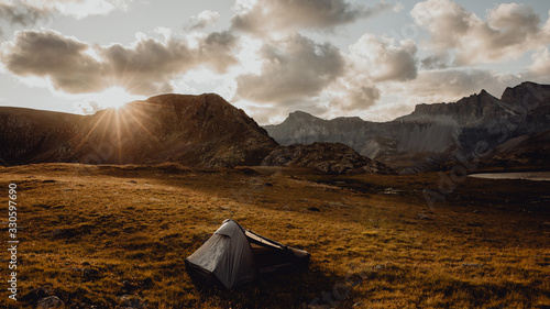 Admirer le coucher de soleil et dormir dans une tente Wallpaper Mural