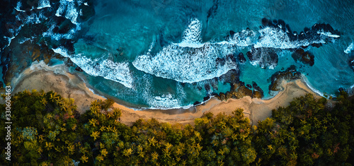 Foto Magnificent aerial shot of a blue tropic lagoon with crystal clear water surrounded by beach and palm trees