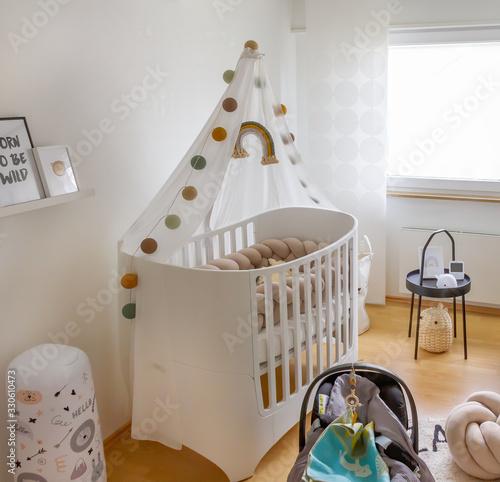 Moderner helles, Kinderzimmer mit Wiege Wallpaper Mural