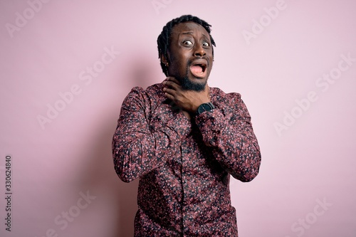 Photo Young handsome african american man wearing casual shirt standing over pink background shouting suffocate because painful strangle