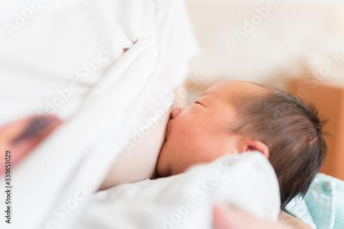 Obraz na plátne 母乳を飲む赤ちゃん