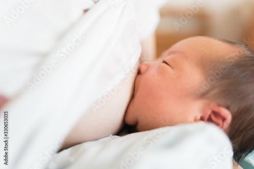 Valokuva 母乳を飲む赤ちゃん