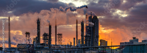 Cuadros en Lienzo chemical plant at sunrise