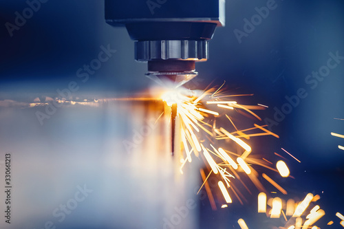 Carta da parati CNC gas cutting metal sheet, sparks fly