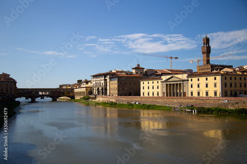 Photo FLORENCE, ITALY - September, 2019: Italian traditional houses and architecture over Arno river with blue sky in Florence, Italy