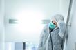Leinwanddruck Bild - medico in prima linea con mascherina e protezione e disperato e stremato dalla stanchezza