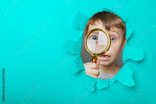 Photo Child see through magnifying glass on the black backgrounds