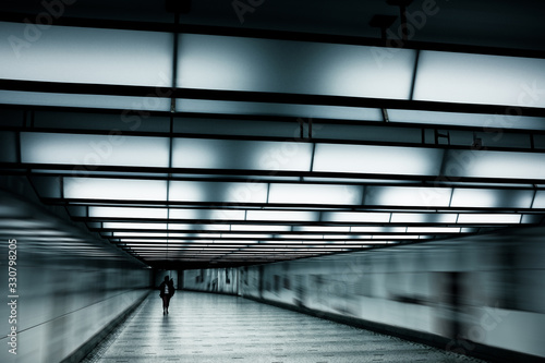 Photo coronavirus covid 19 tunnel métro transport commun accès marcher seul