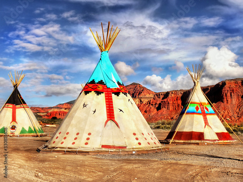 Foto Indian tepee tent in desert landscape