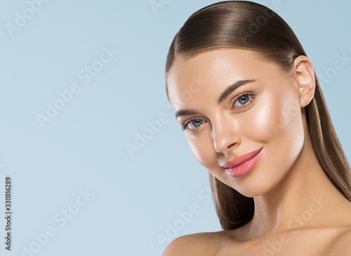 Foto Shine clean skin woman beauty portrait smooth long hair cosmetic spa