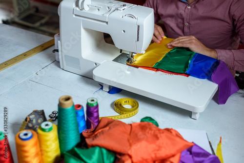 Photo Sastre con máquina de coser 07