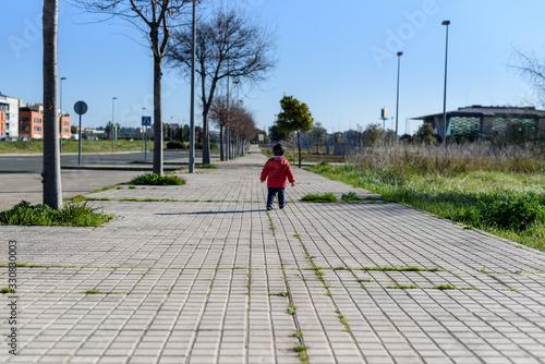 Photo Niño con abrigo rojo