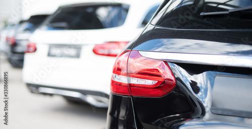 Fotografiet Autos in einer Reihe, Neu- und Gebrauchtwagen