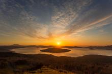 日本・北海道東部の国立公園、夜明けの屈斜路湖