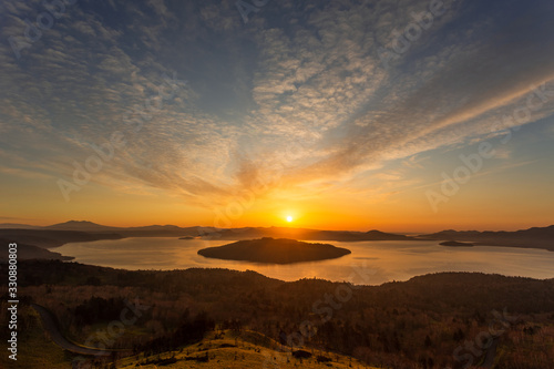 Fototapeta 日本・北海道東部の国立公園、夜明けの屈斜路湖 obraz