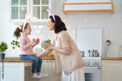 Obraz family preparing for Easter - fototapety do salonu