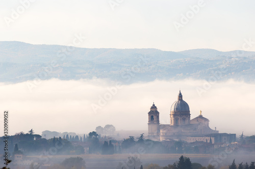 Photo Surreal view of Santa Maria degli Angeli papal church (Assisi) on a background o