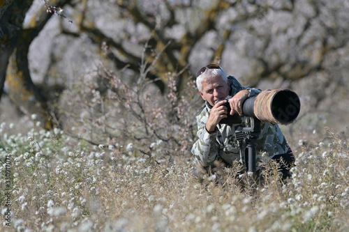 Photo wildlife photographer on photo safari