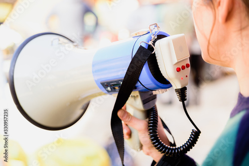 Photo Close-up of a megaphone held by a woman during a demonstration.