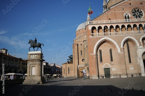 Photo Gattamelata bronze equestrian statue in front of Basilica of Saint Anthony, Dona