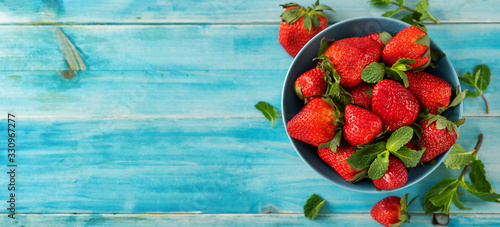 Fototapeta Top veiw of fresh and juicy strawberry on light blue background obraz